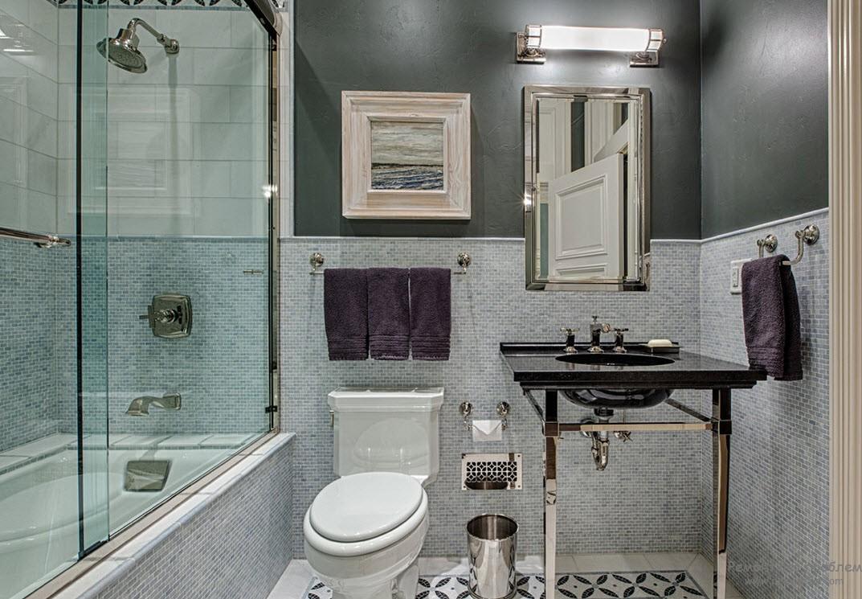 Рельеф на оштукатуренных стенах ванной комнаты