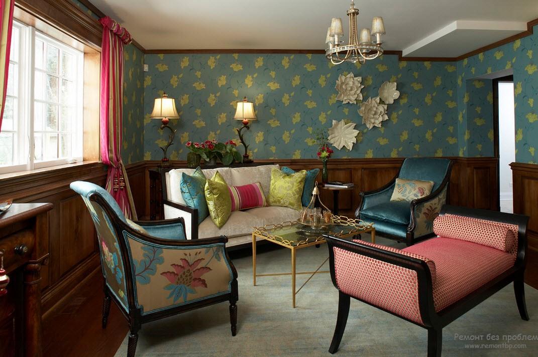 Эффектное оформление стен в стиле барокко - текстильные обои и дерево, разделенные бордюром