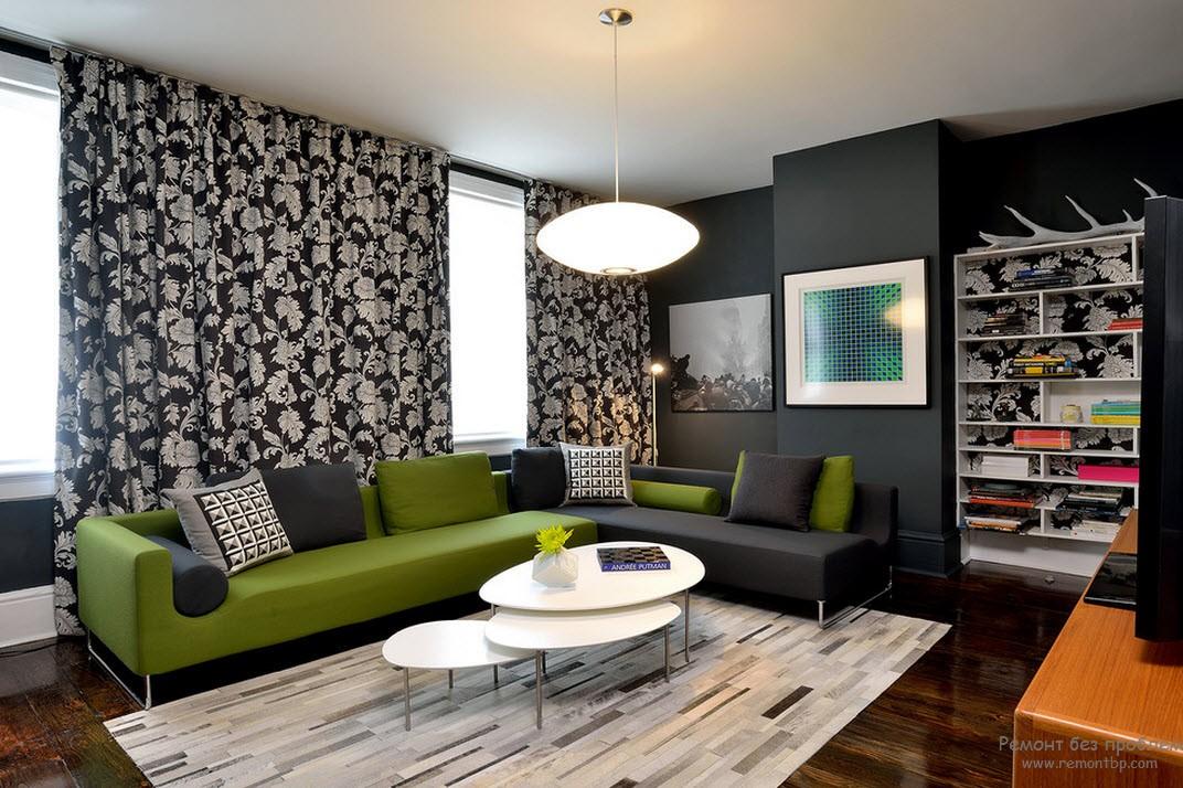 Уютная гостиная с темным интерьером