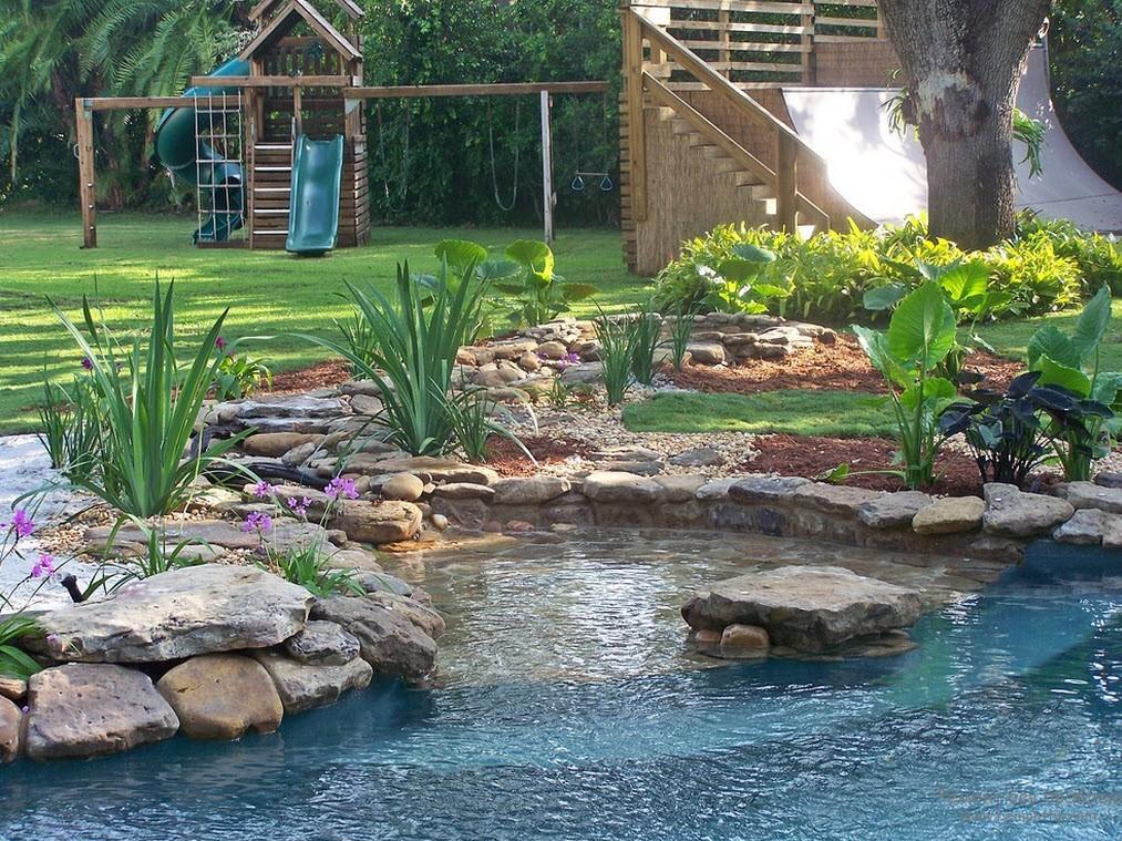 прозрачное озерцо дополняет  красивое оформление загородного участка