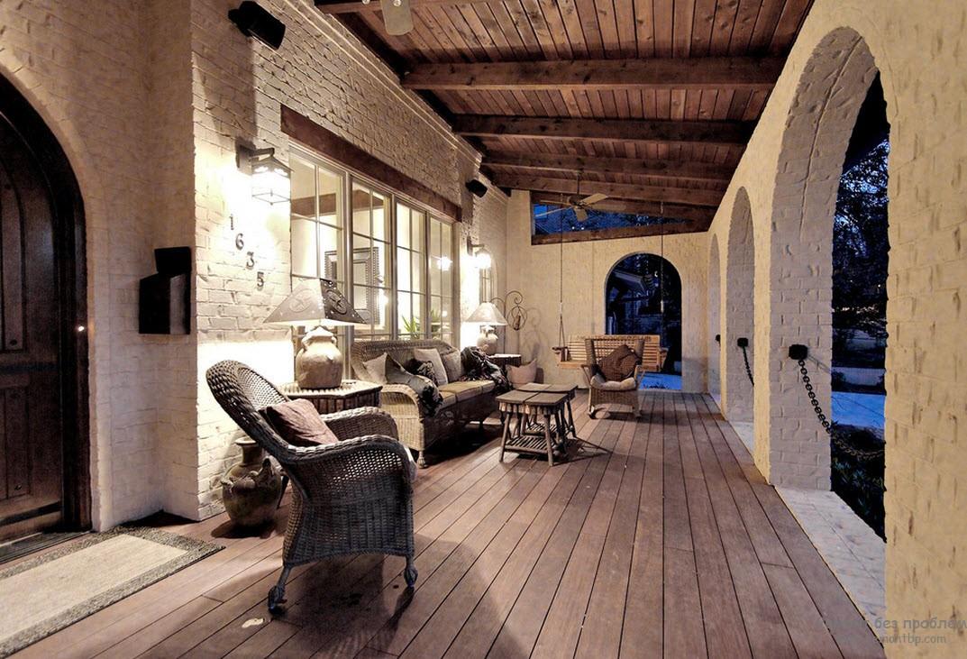 Оригинальный дизайн открытой веранды с плетеной мебелью
