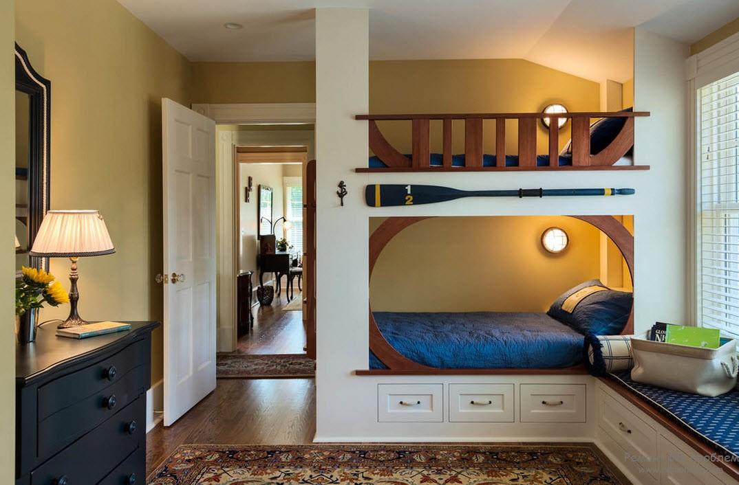 Стены песочного цвета, кровати имеют деревянное ограждение
