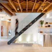 Лестница в современном стиле со стеклянными ограждениями