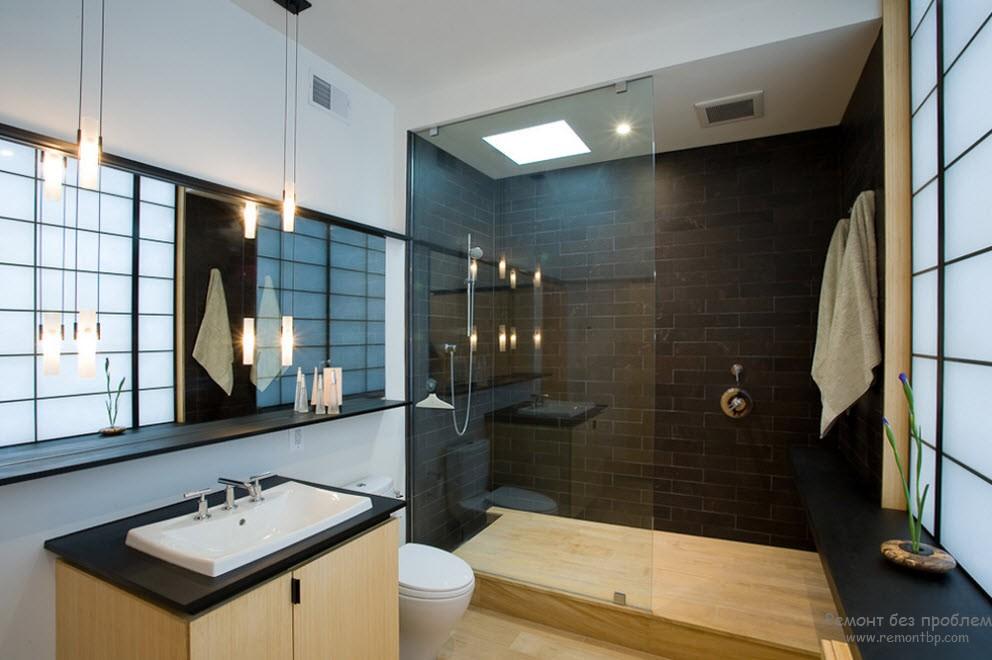 Интерьер темной ванной и дерева