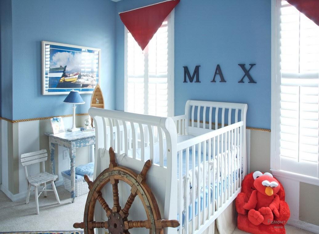 Светлая комната со штурвалом в бело-голубых тонах