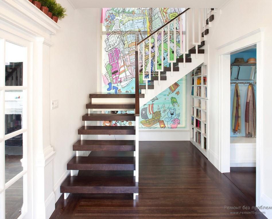 Второстепенная лестница с простым дизайном устаовлена у стены