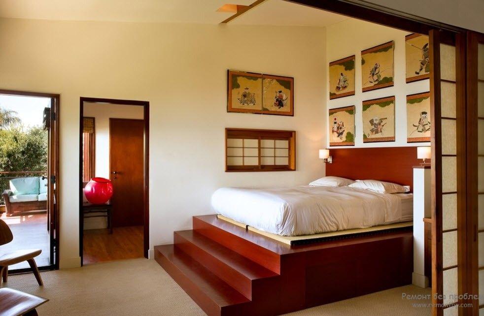 Кровать на ступеньках в восточной спальне