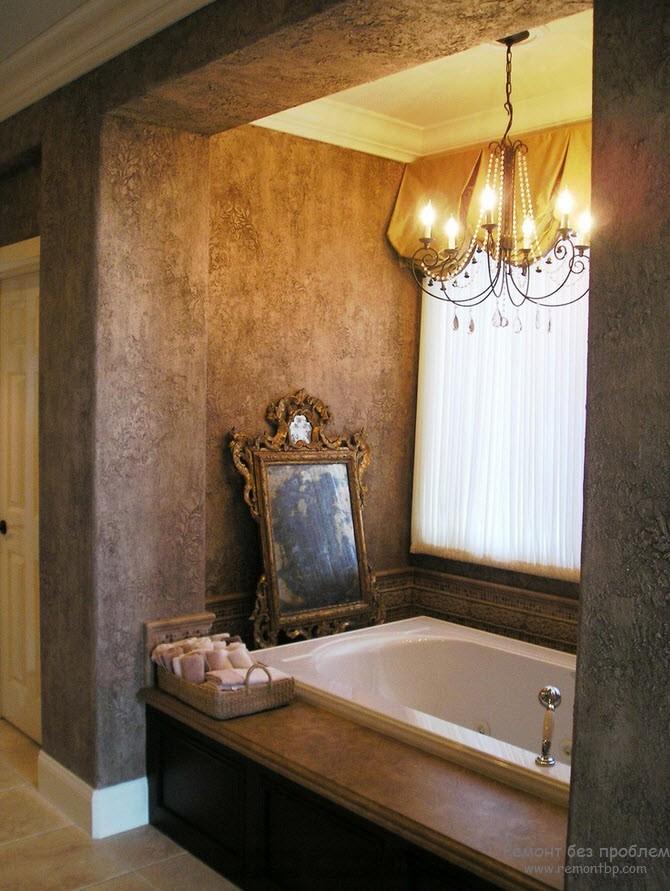 """Красивый рельеф на стенах ванной комнаты, оформленной """"под старину"""""""
