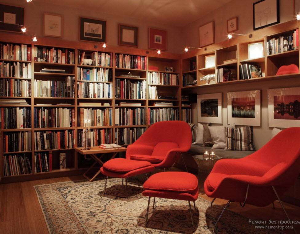 Мягкие удобные кресла и ковер в интерьере библиотеки