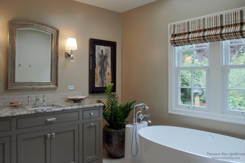 Благородная бежевая ванная с элементами серого, а также, акцентом, созданным за счет картины в черной раме