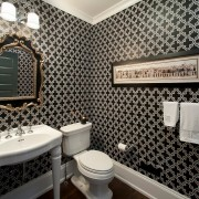 Ванная комната с черным узором на стене