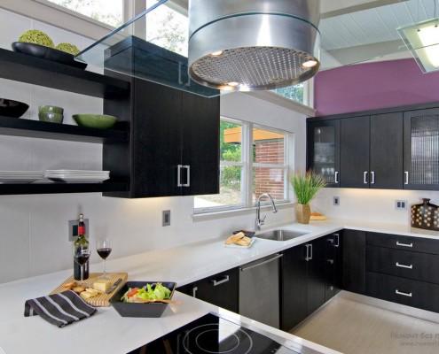 Сиреневый и черный цвет на кухне