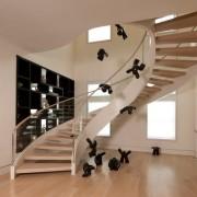 Негобыкновенно эффектная лестница со стеклянными ограждениями, гармонирующая с современным стилем интерьера