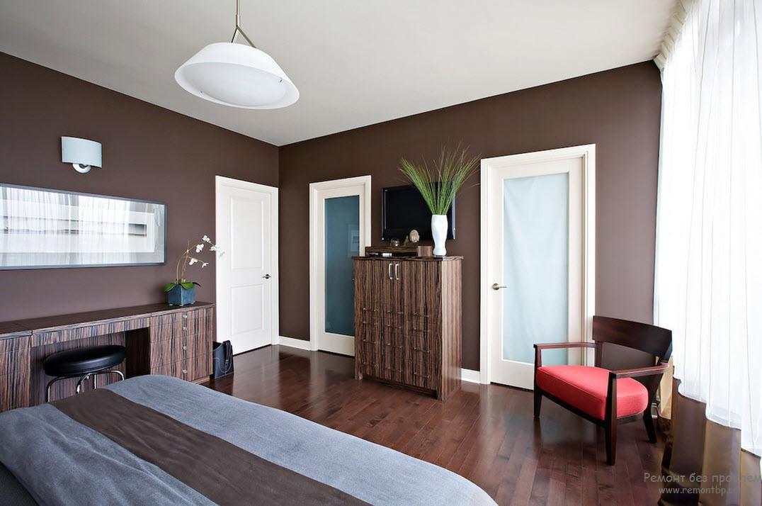 Белый цвет в интерьере коричневой спальни