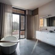 Рельефная декоративная штукатурка в интерьере просторной ванной