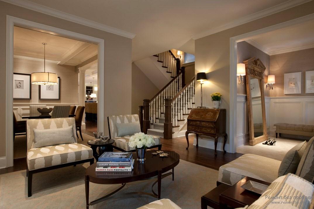 Эффектная гостиная, оформленная на контрасте бежевого с темно-коричневым оттенками