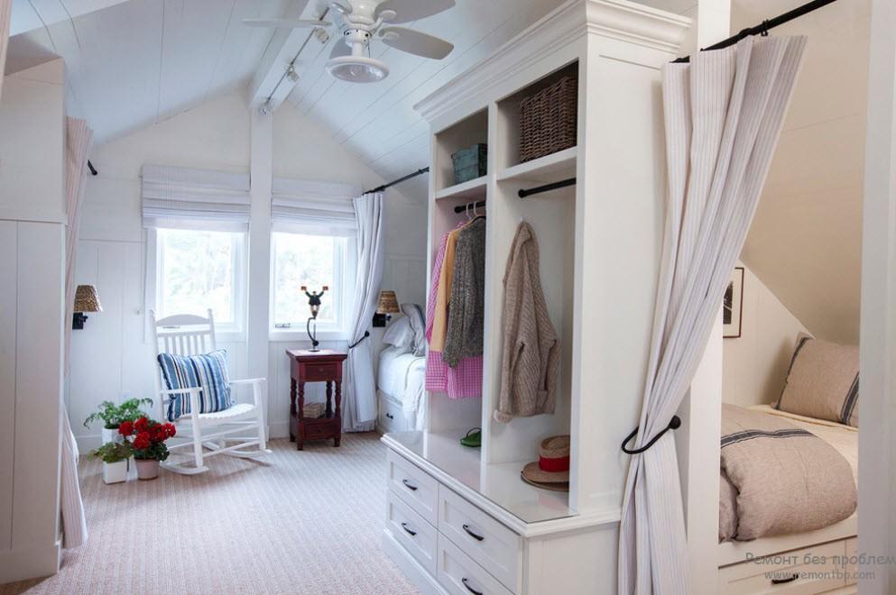 Мансардное расположение спальни с гардеробной