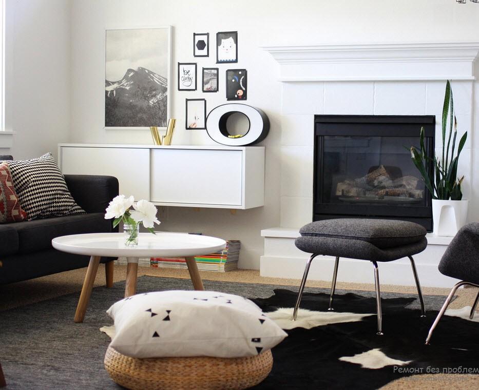 Темно-серые диван и стулья. На ковре черная шкура с белыми пятнами