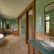 Необыкновенно просторный интерьер ванной комнаты с оштукатуренными стенами