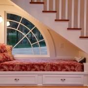 Место для чтения под лестницей