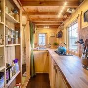 Красота натурального дерева в интерьере кухни