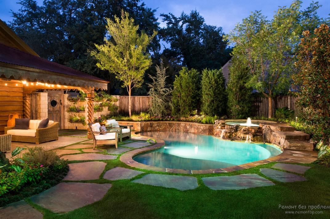 Необыкновенно красивый дизайн двора с эффектным бассейном возле дома
