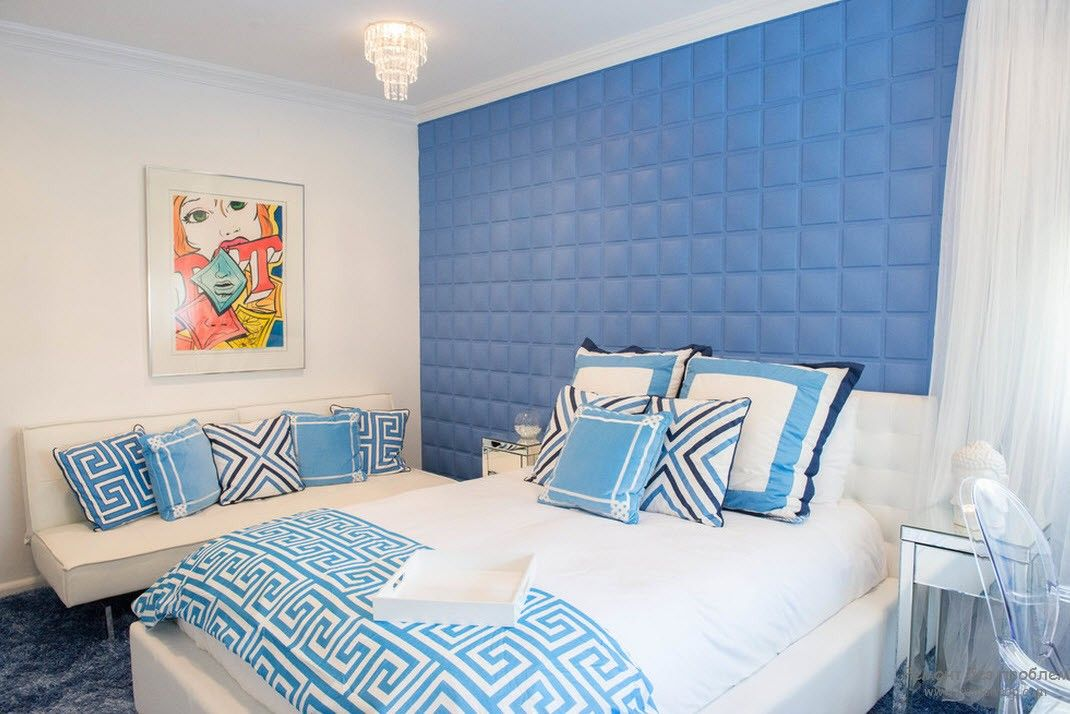 Синяя спальня и картина