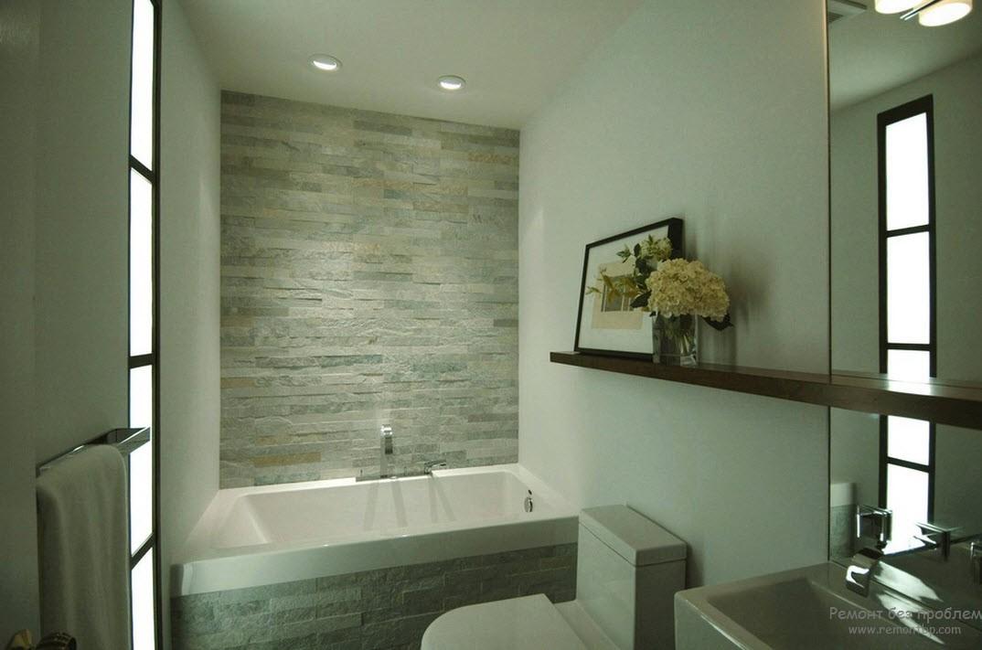 Стена в ванной из дикого камня