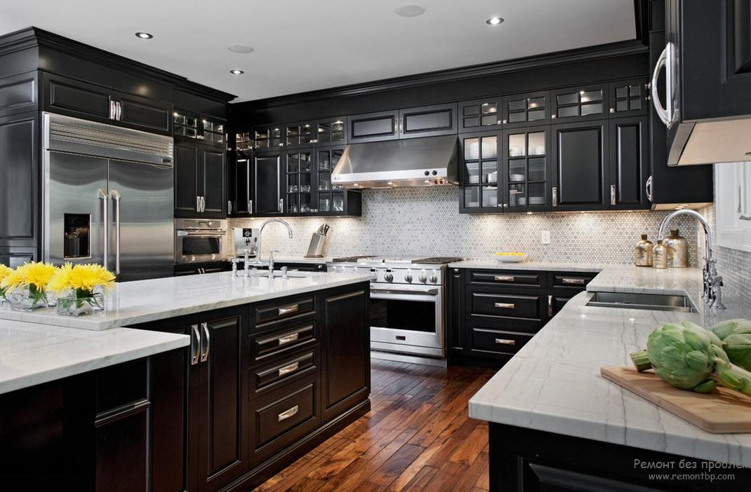 Интерьер кухни с темной мебелью