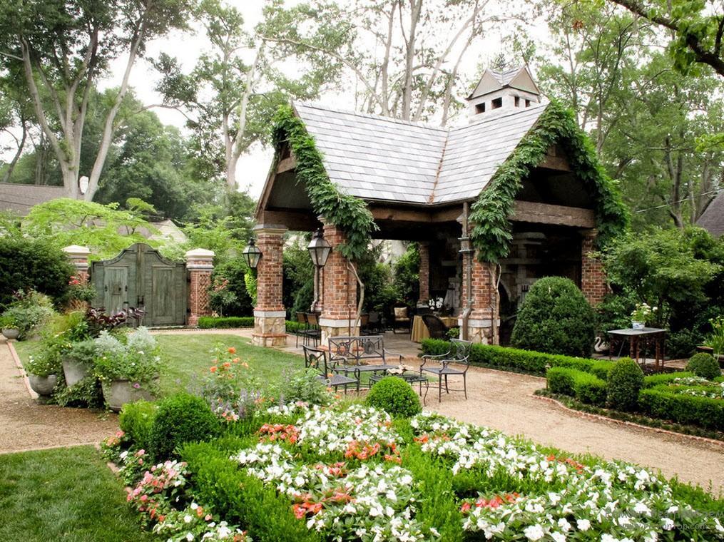 Органичное соединение элементов композиции – беседка, забор, аллеи, цветники, кустарники и ампельные растения