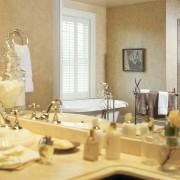 Классическая ванная комната с благородной декоративной штукатуркой на стенах