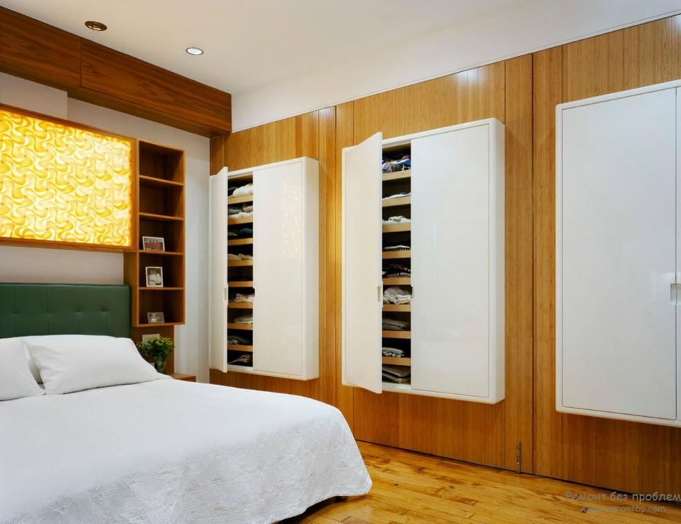 Вбудована гардеробна у всю стіну спальні