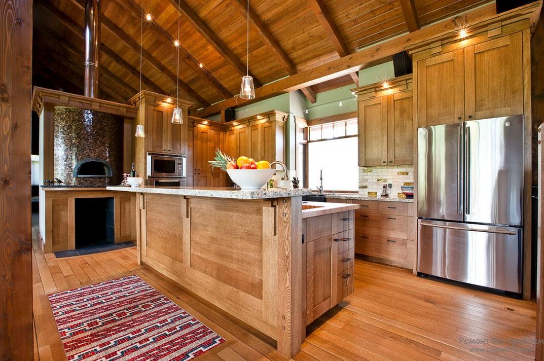 Деревянные доски на полу чудесно гармонируют с деревянным интерьером