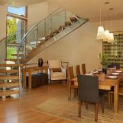 оригинальная лестница из дерева и хрома, имеющая стеклянные ограждения