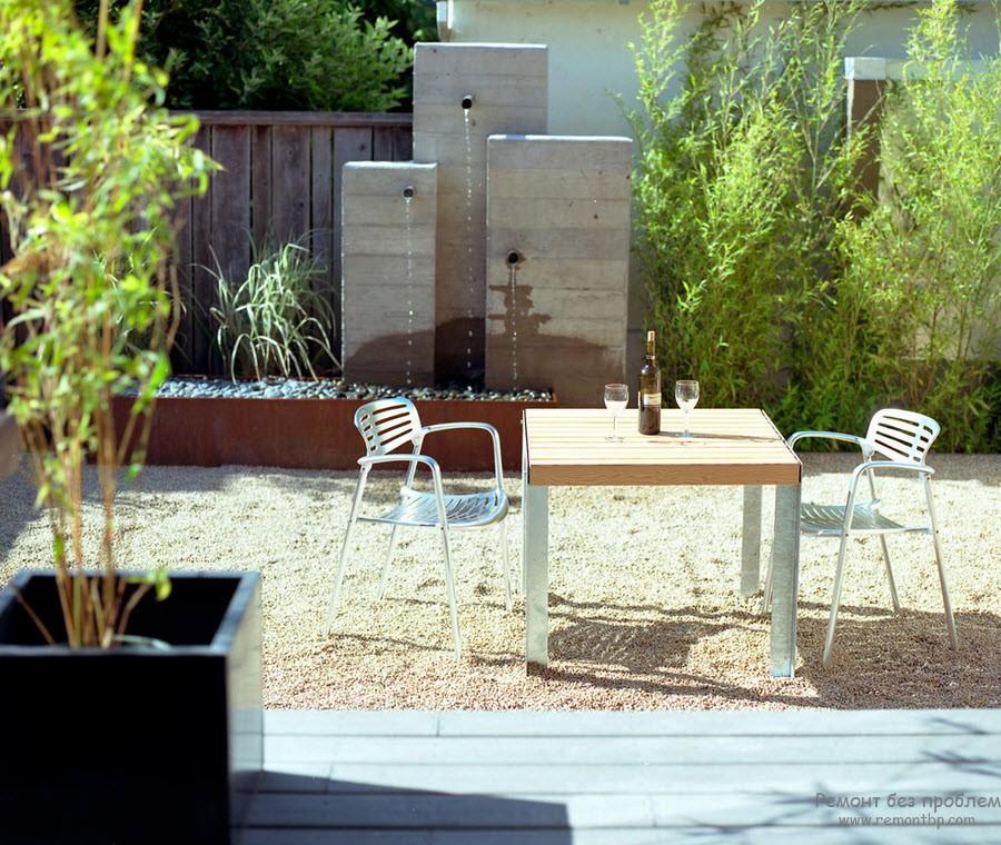 Зона летней столовой, организованная на территории двора