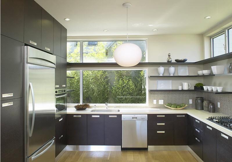 Холодильник в угловой кухне