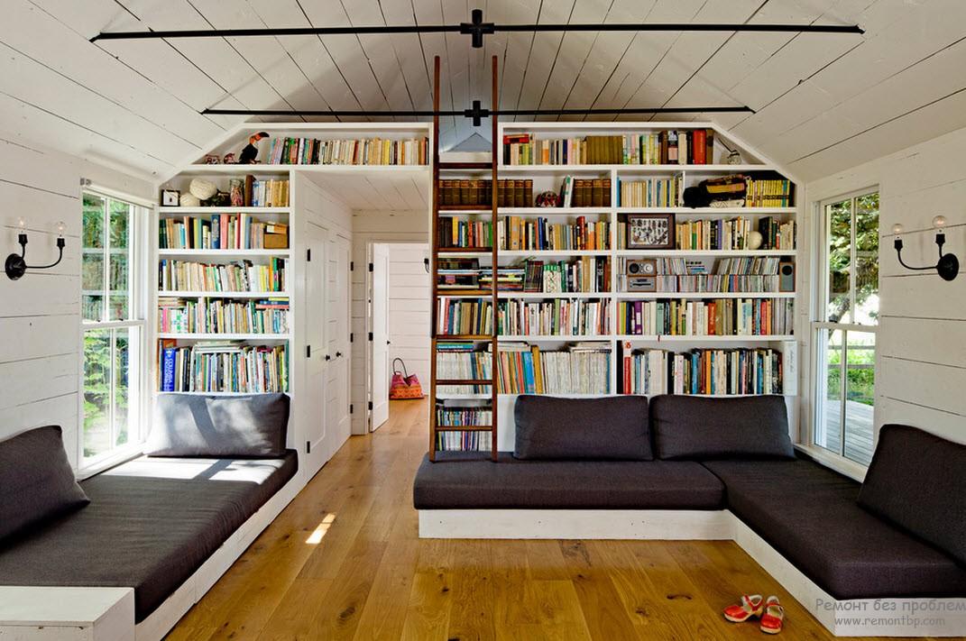 Книжные стеллажи до потолка и лестница соответствующего стиля
