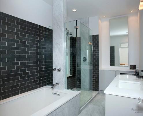 Дуэт черного и белого в ванной