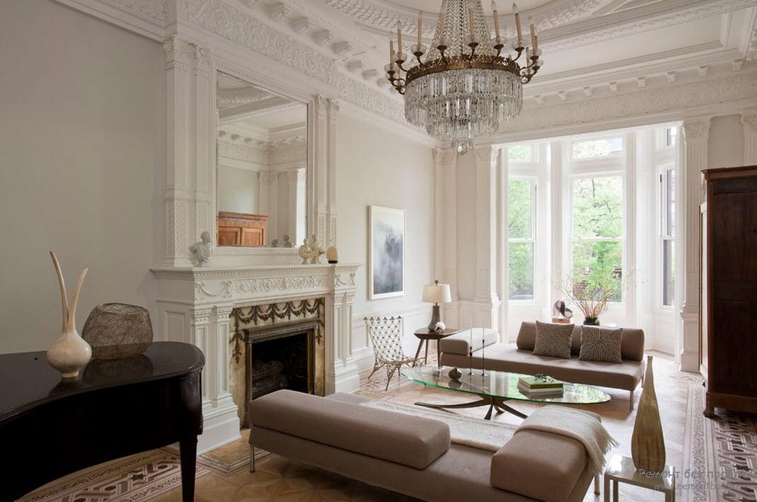 Богатый интерьер с шикарным оформлением потолка при помощи молдингов