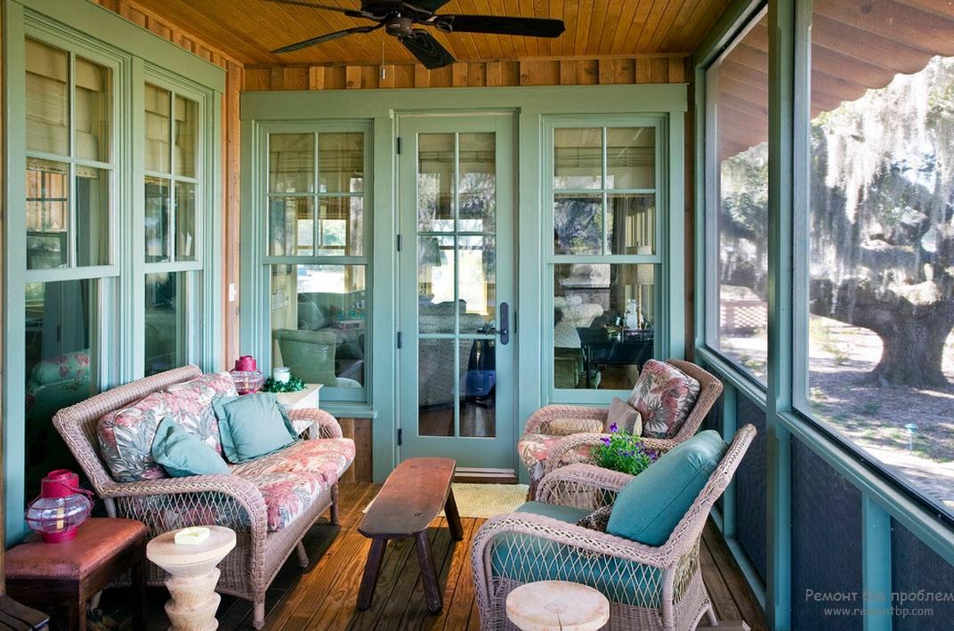 Дизайн небольшой, но очень уютной веранды с плетеной мебелью