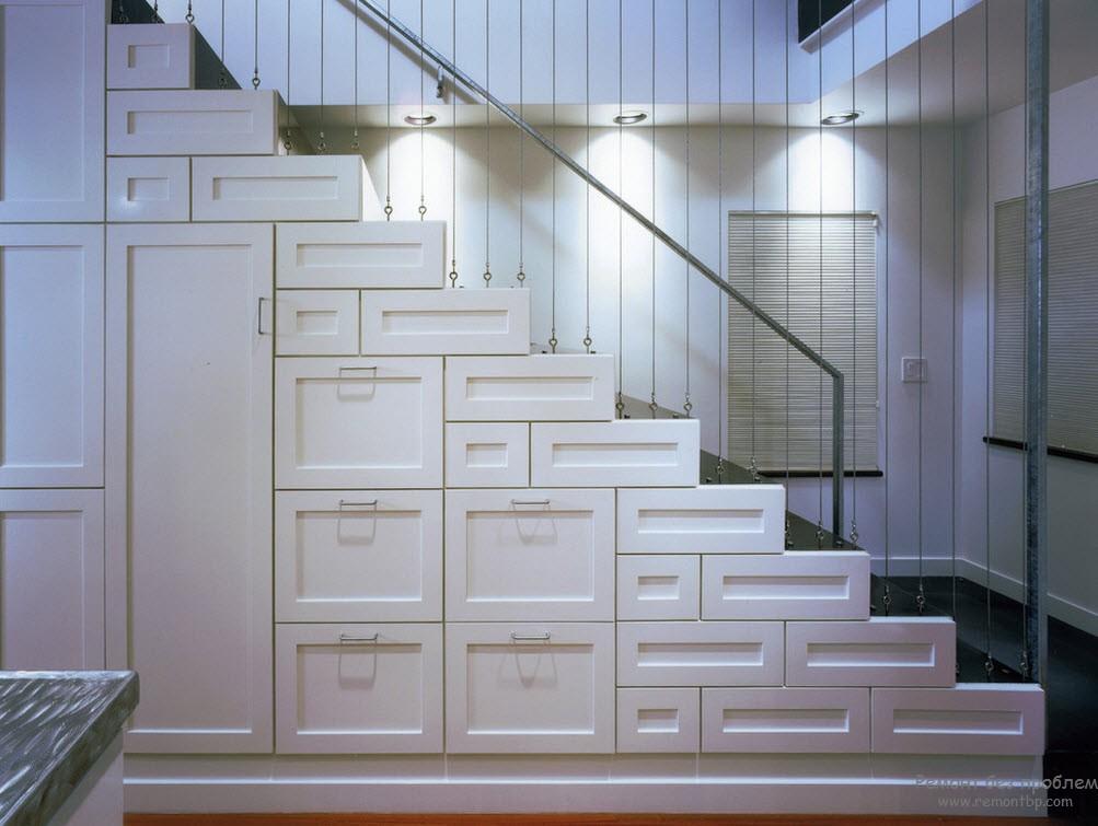 Белая лестница второстепенного типа, установленная у стены