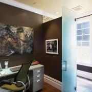 Коричневый цвет в маленькой комнате