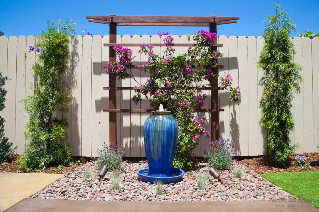 небольшой фонтан и красивое растение в центре внимания всего двора