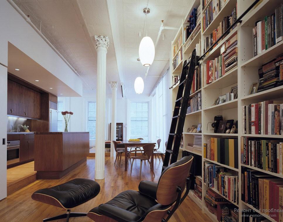 Летсница в интерьере библиотеки