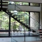 Фонтан под лестницей фото