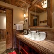 Эффектная ванная комната из натурального дерева