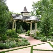 В глубине сада с помощью беседки организован уединённый уголок для спокойного отдыха, любования деревьями и цветами