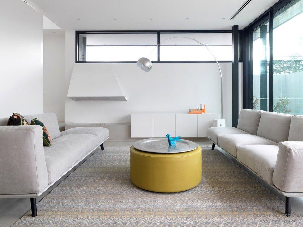 Обивка мебели, расцветка ковра подчинены общей цветовой гамме интерьера