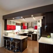 Стильный потолок на кухне