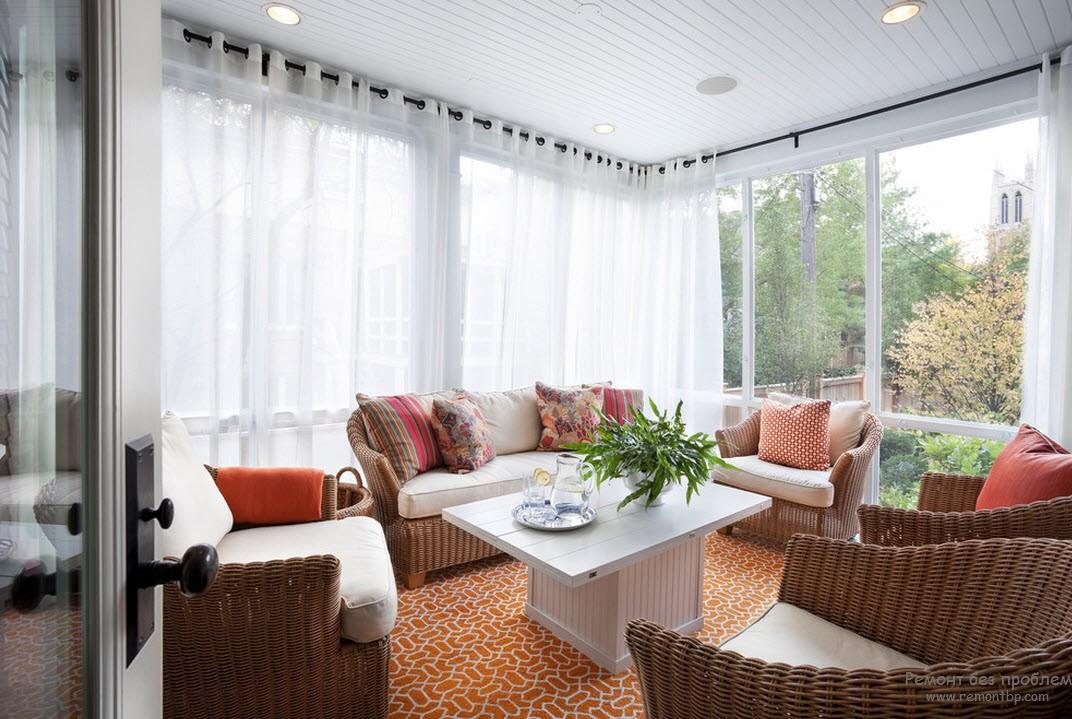 Яркие подушки в интерьере уютной веранды-гостиной